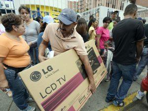 I venezuelani acquistano elettrodomestici a prezzi regolati