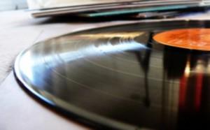 Mentre i cd vendono sempre meno, il vinile torna ad essere commercialmente più appetibile per il suo gusto retrò che tanto affascina nel millennio della musica digitale