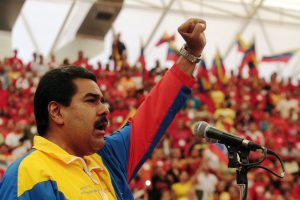 """CAR03. BARINAS (VENEZUELA), 30/03/13 .- Fotografía cedida por Prensa de Miraflores hoy, sábado 30 de marzo de 2013, que muestra al presidente encargado de Venezuela y candidato oficialista, Nicolás Maduro, durante su participación en un acto de precampaña en Barinas. Maduro, acusó hoy a su rival y líder de la oposición, Henrique Capriles, de intentar llevar una """"campaña de violencia"""" y de provocación con vistas a las elecciones de abril próximo y prometió que garantizará la paz en el país. EFE/PRENSA DE MIRAFLORES/SOLO USO EDITORIAL/NO VENTAS"""