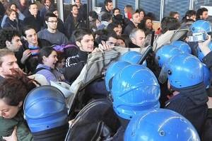 TORINO - STUDENTI CARICATI A PALAZZO NUOVO DURANTE UNA PROTESTA CONTRO UNA MANIFESTAZIONE DEL FUAN
