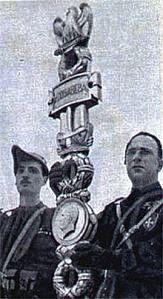 Un giovane Napolitano, a sinistra, in camicia nera