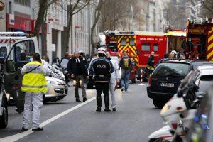Colpi mitra su poliziotti a Parigi: due feriti, una è grave