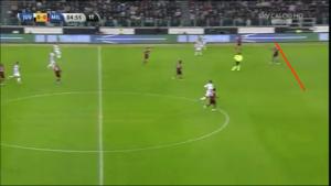 Linea difensiva alta: il pallone giocato in profondità da Pirlo sarà raccolto da Diego Lopez, portiere molto bravo nel coprire lo spazio dietro l'ultima linea di difesa