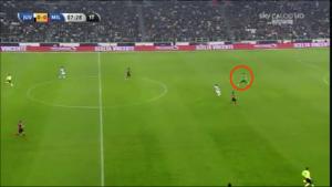 Diego Lopez molto alto sugli sviluppi di un calcio d'angolo del Milan: su rinvio di Buffon per Tevez arriverà sul pallone prima di tutti