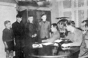 Quattro adolescenti membri del Werwolf e accusati di sabotaggio di linee di comunicazione dell'esercito USA vengono interrogati a Osterburg il 24 aprile 1945.