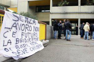 Bridgestone lascia Bari, la protesta degli operai