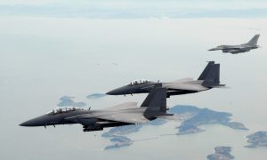 Due F-15K della Rokaf insieme ad un F-16C dell'Usaf