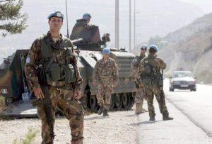 WCENTER 0XLFCHQMBP Una foto d'ARCHIVIO mostra soldati italiano dell'Unifil nel villaggio libanese di Bazourye il 28 settembre 2006. Due soldati italiani del contingente dell'Onu schierato nel Sud del Libano (Unifil) sono morti e altri cinque sono rimasti feriti in seguito all'esplosione di un ordigno che ha investito il veicolo su cui viaggiavano nei pressi della città di Sidone, a circa 40 km a Sud di Beirut. Lo riferisce l'emittente Tv al Arabiya. ANSA/MOHAMED MESSARA