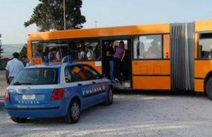 poliziotti-autobus3