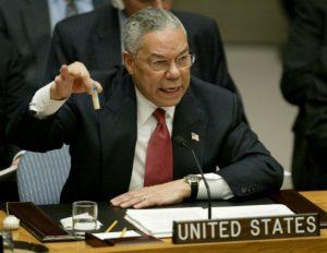 L'allora segretario di stato alla difesa Colin Powell durante il famoso intervento all'Onu nel febbraio 2003