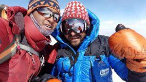Riccardo Bergamini in vetta all'Himlung Himal con lo sherpa Mingma