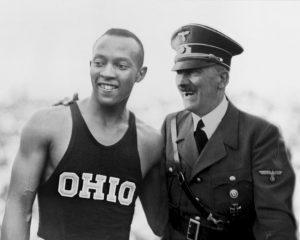 Jesse Owens e Adolf Hitler in un fotomontaggio
