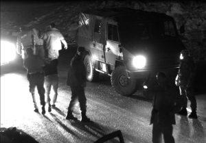 Un momento dell'operazione dei militari italiani coadiuvati dalla polizia locale