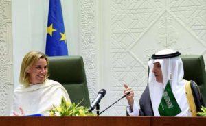 """Il ministro degli esteri della UE Mogherini in un recente incontro con il monarca saudita sospettato da molti di essere uno """"sponsor"""" del terrorismo di Isis"""