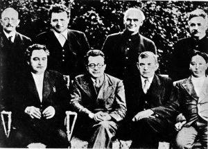 Foto di gruppo dei dirigenti e segretari dell'internazionale comunista nel 1935. In prima fila da sinistra: Dimitroff(Bulgaria), Togliatti, Florin, Wan Min. In piedi da sinistra: Kuusinen (Finlandia), Gottwald ( Cecoslovacchia), Pieck (Germania), Manuilski (URSS)