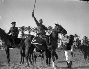 Tripoli, 18 marzo 1937. Mussolini a cavallo, con la spada dell'Islam consegnatagli dai capi arabi. A sinistra:  Italo Balbo, governatore della Libia  © PUBLIFOTO/OLYMPIA