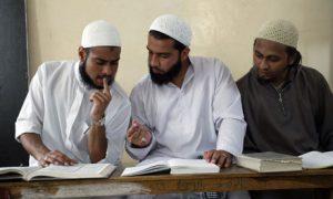Muslim-students-discuss-b-007