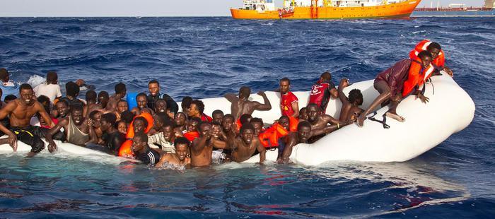 Un momento del tragico salvataggio operato ieri dalla nave privata SOS Mediterranée, Lampedusa, 17 aprile 2016. Raccontano di essere partiti dalla Libia su un gommone in 130-140. Ne sono stati salvati 108 dalla nave Aquarius dell'Associazione SOS Mediterranee, due risultano annegati, 6 giacevano cadaveri nel fondo dell'imbarcazione: tutti gli altri risultano dispersi. ANSA/UFFICIO STAMPA ++ NO SALES, EDITORIAL USE ONLY ++