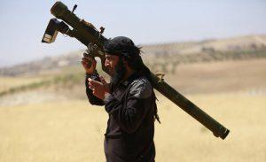 un miliziano delle forze terroristiche anti assad con un missile anti aereo