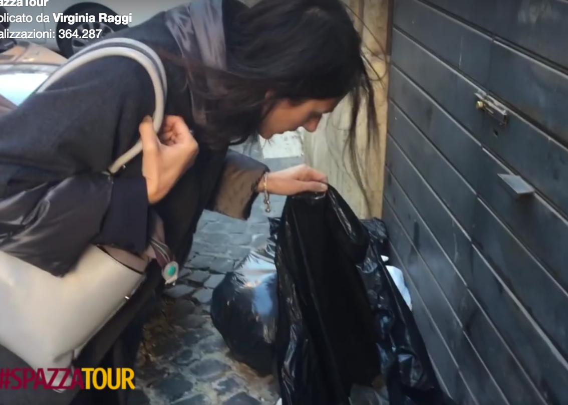 Virginia Raggi in giro per Roma a controllare i sacchetti della spazzatura