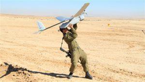 soldato israeliano lancia drone