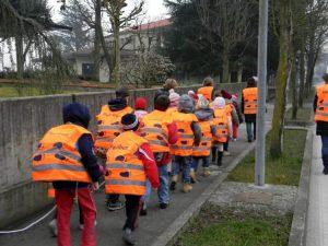 immigrati accompagnano bimbi a scuola