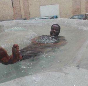 Immigrato fa il bagno
