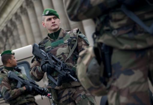 Con l'auto contro i soldati a Parigi
