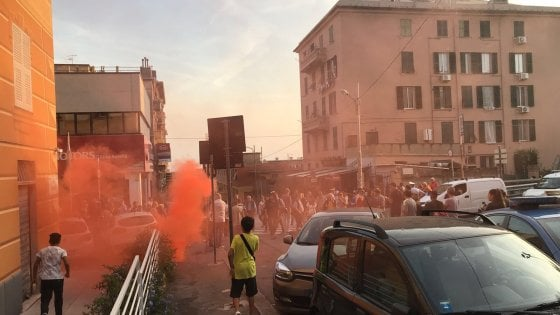 Migranti a Multedo, protesta in strada. Rixi attacca: