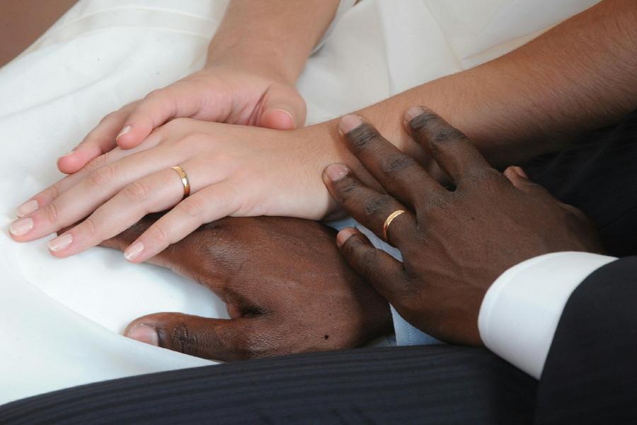 Matrimonio in cambio del permesso di soggiorno. Coppia ...