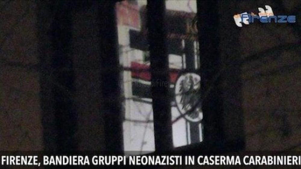 Bandiera nazista in caserma Cc Toscana