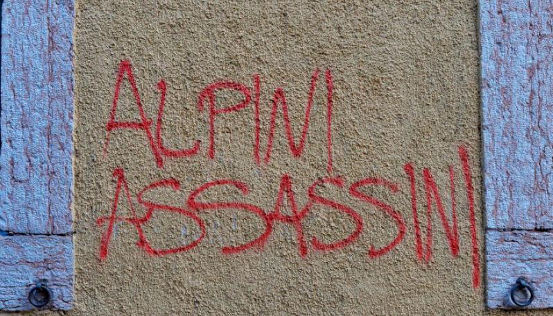 antifascisti contro alpini
