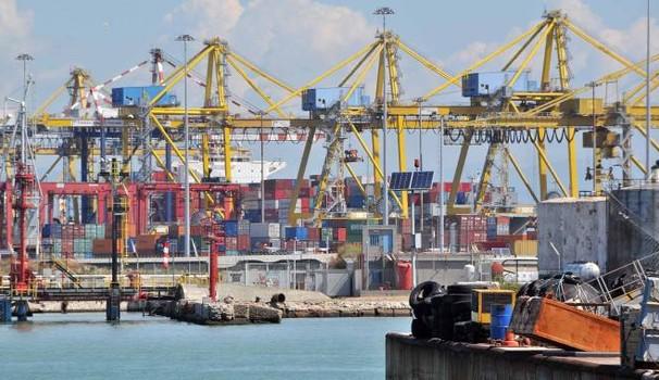 Forte esplosione e boato al porto di Livorno evacuata la zona