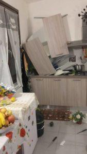 Danni del terremoto a una casetta Sae
