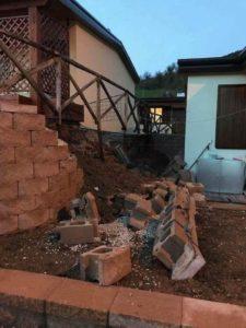 danni del terremoto al muretto di contenimento casetta Sae