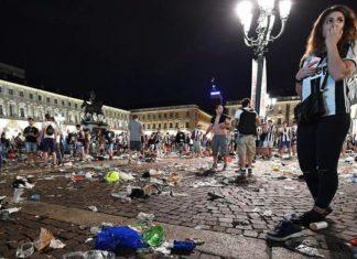 caos piazza san carlo immigrati