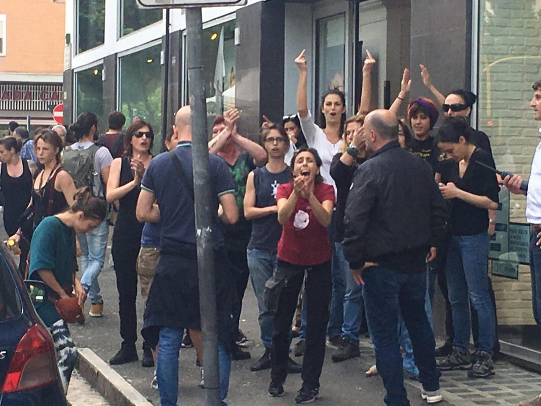 Roma, femministe contro CasaPound cantano Bella Ciao ...