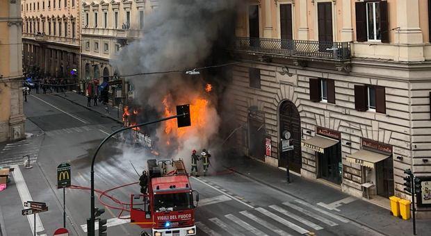 autobus esplode