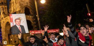 Turchi festeggiano in Germania vittoria di Erdogan