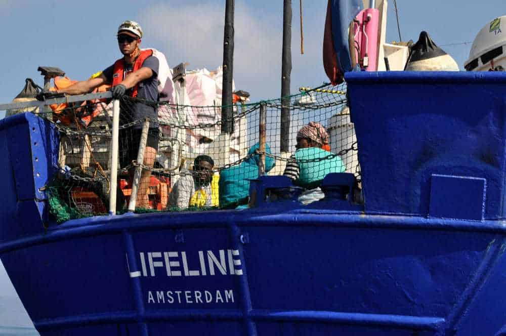 Migranti: la nave Lifeline attracca a Malta. Salvini: