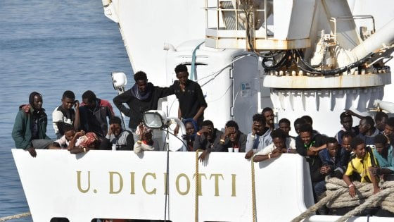 Nave guardia costiera Diciotti non attracca: 177 clandestini a bordo