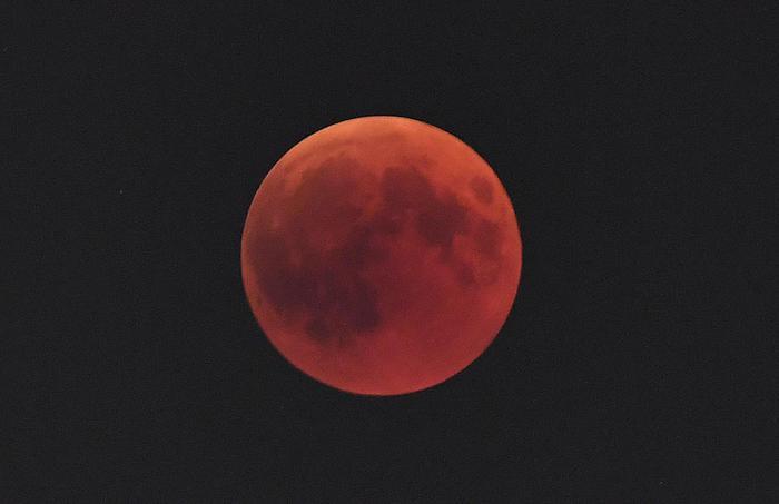 L'eclissi totale di luna ha rapito gli occhi di migliaia di persone
