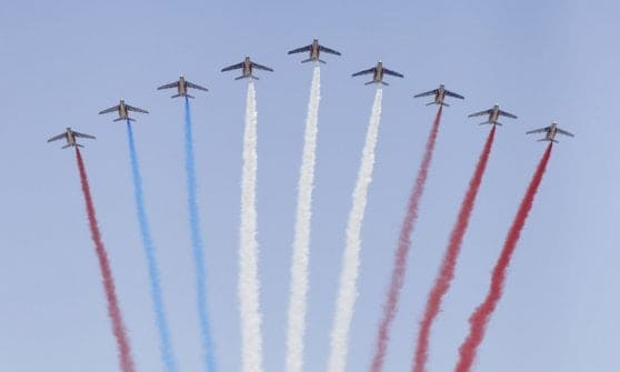 Francia: parata militare al via, moto cadono davanti a Macron