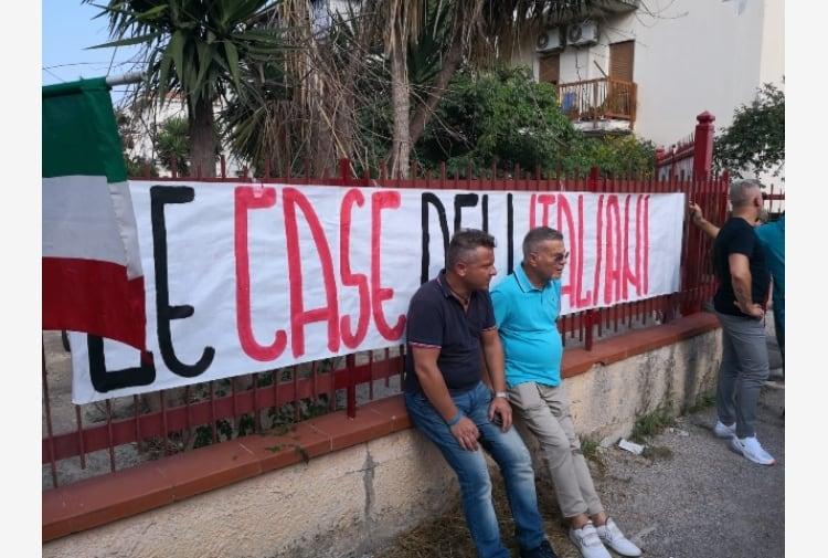 italiani occupano case rom palermo