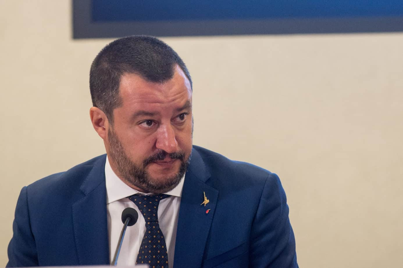 I Carabinieri da Matteo Salvini: il ministro apre in diretta una busta
