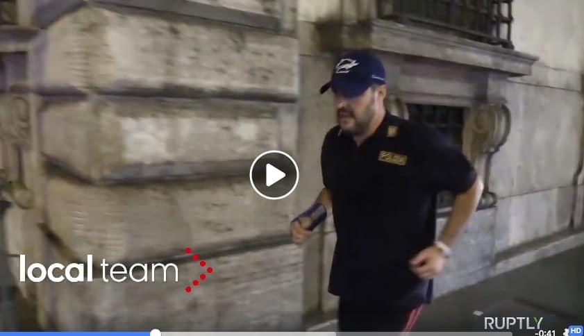 Salvini jogging maglia polizia