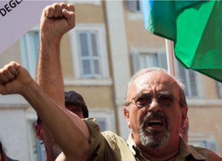 Vauro mostra il pugno chiuso durante una manifestazione