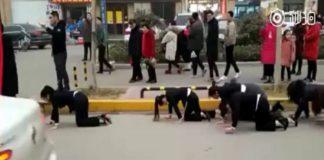 Cina dipendenti costrette a strisciare
