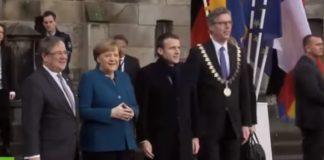 Macron Merkel Aquisgrana fischi