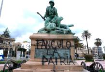 """Monumento sfregiato dagli anarchici a Messina scritta """"Fanculo la patria"""""""